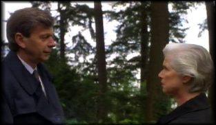 Der geheimnisvolle Raucher im Gespräch mit Mrs. Mulder