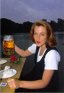 Gillian Anderson beim Biertrinken ;)